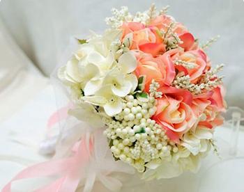 Buquê de noiva de flores artificiais